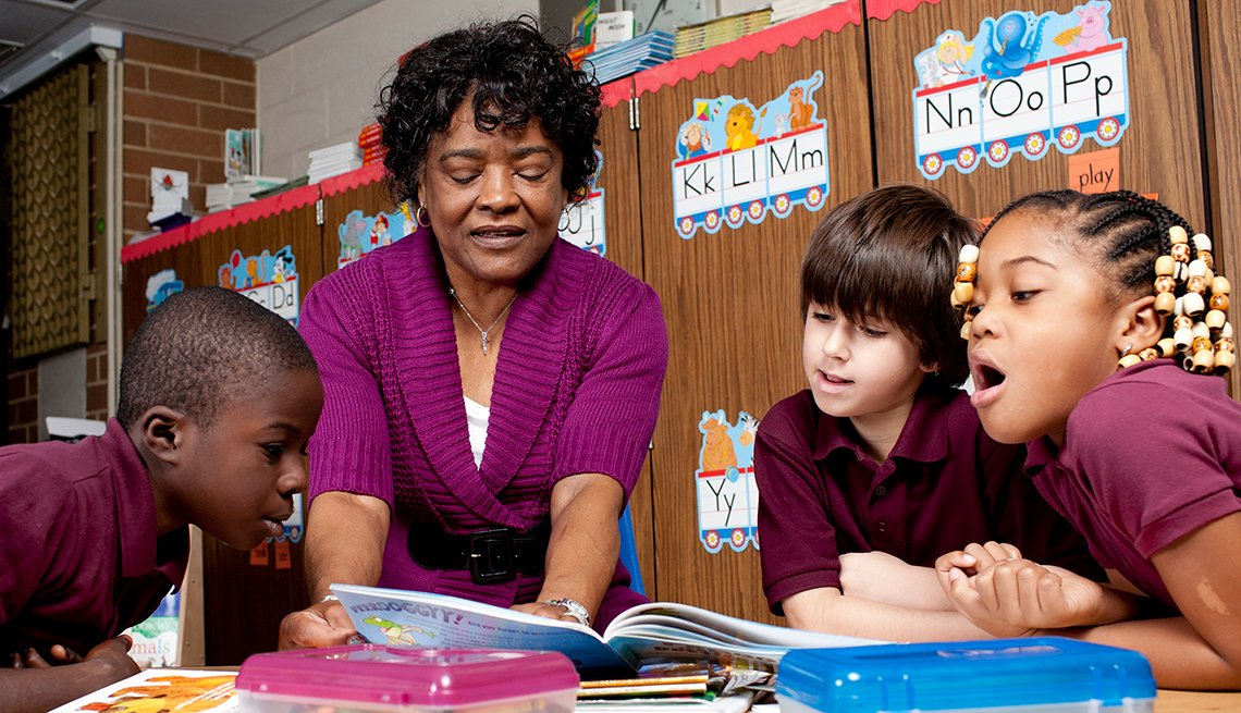 experience-corps-phylicia-rashad-volunteer-reading-children
