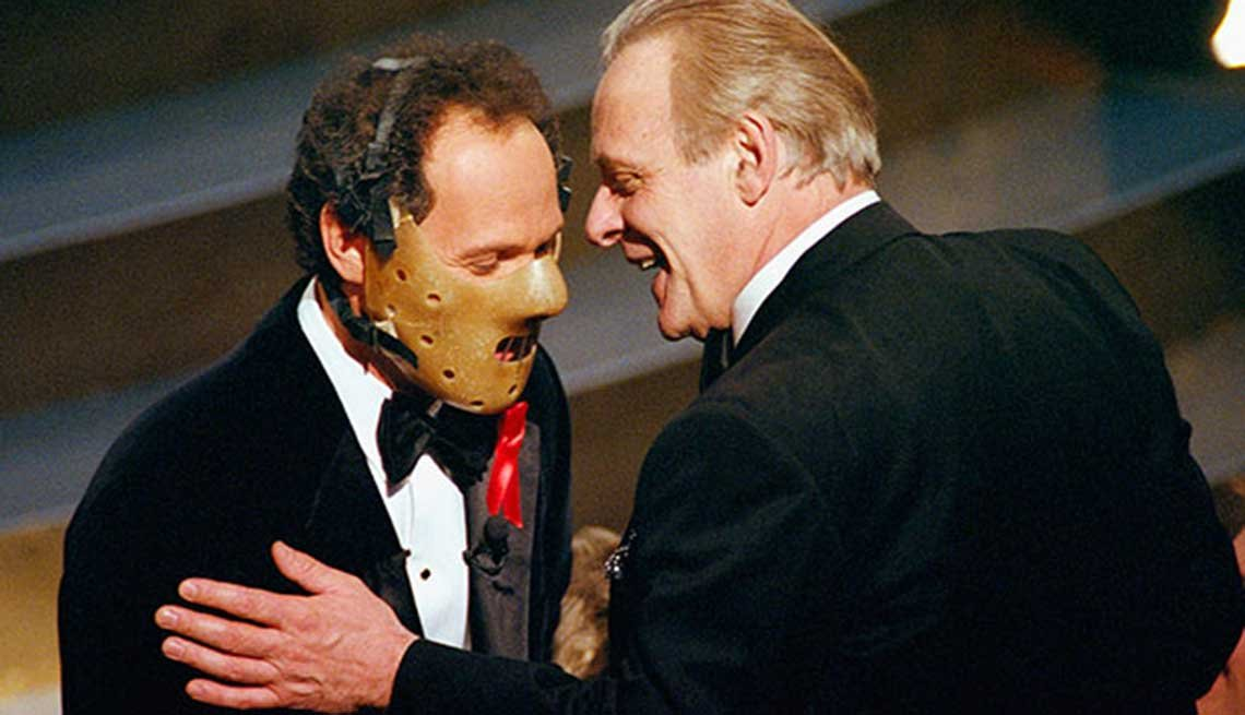 Billy Crystal como animador de los premios Oscar con Anthony Hopkins