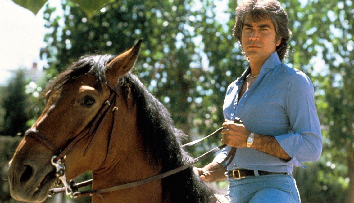 José Luis Rodríguez, El Puma. Un recorrido a la carrera del cantante venezolano. Madrid 1981, durante un recorrido montando a caballo.