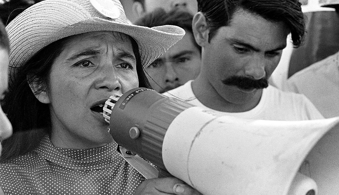 Foto de Dolores Huerta en 1969 durante el segundo día de la marcha de Coachella, California.