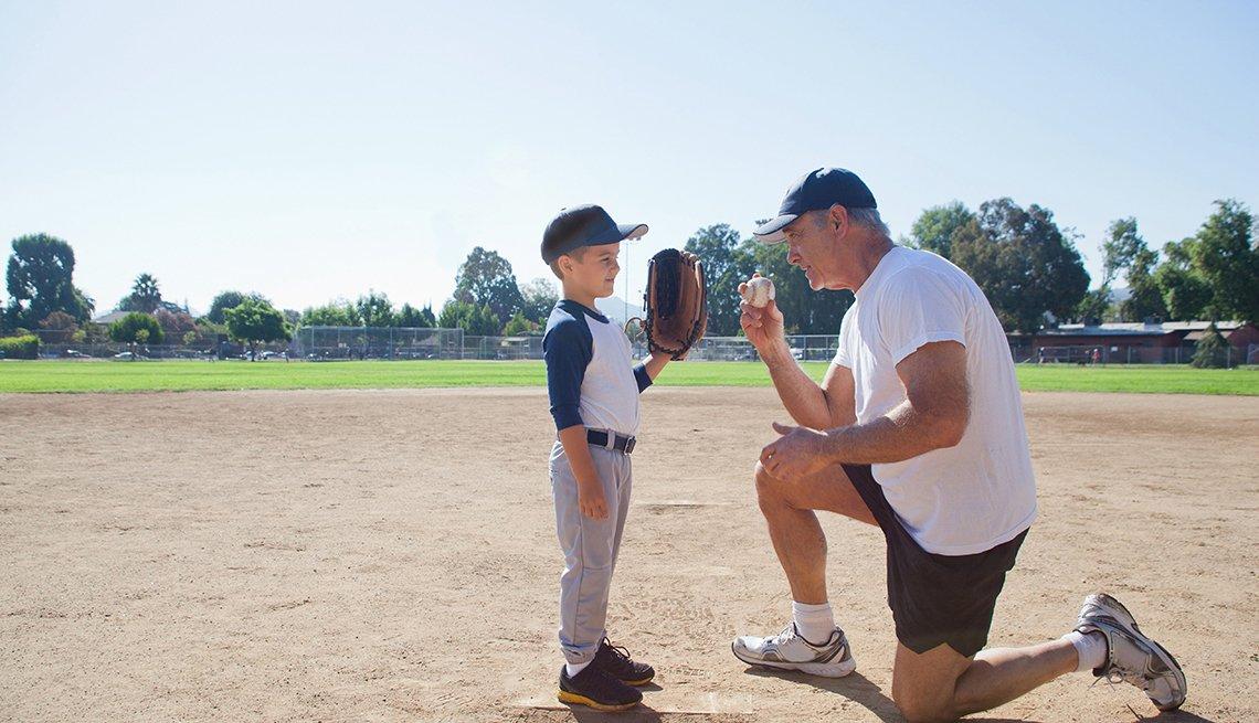 Abuelo y nieto jugando béisbol