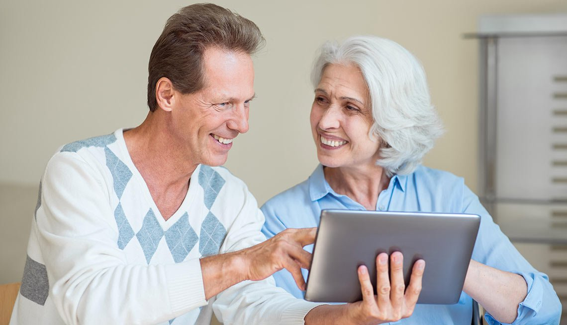 Dos personas sostienen una tableta electrónica en sus manos - Consejos para elegir productos tecnológicos que apoyen en el cuidado