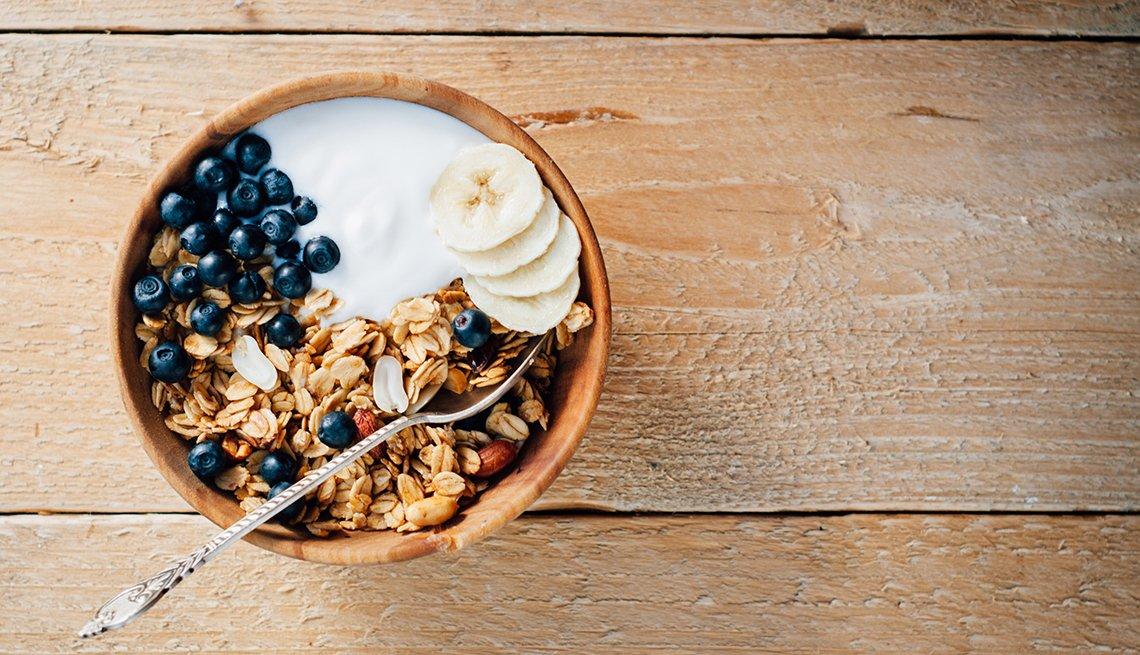 Avena con yogur, banana, granola y arándanos