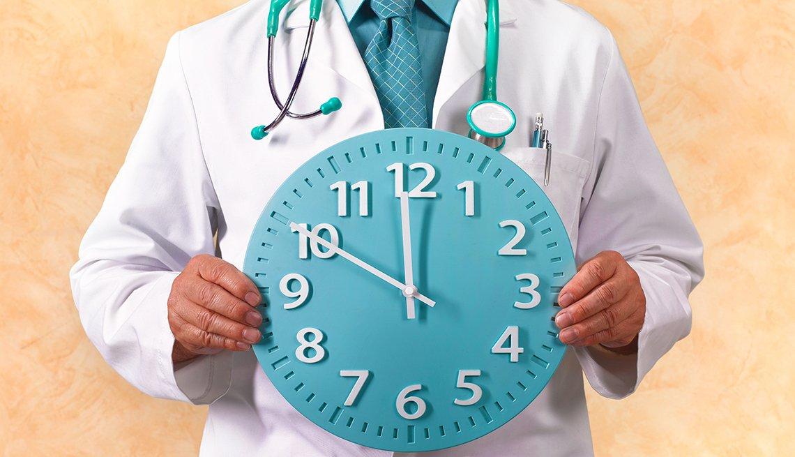 Doctor con un reloj en sus manos