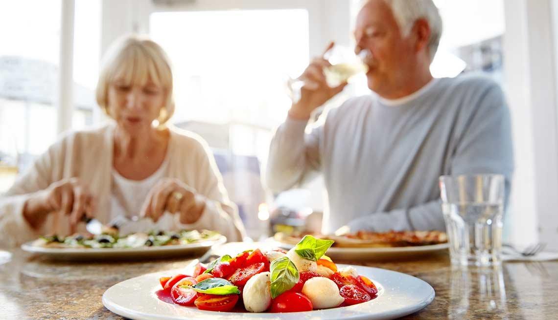 Pareja comiendo juntos - Cómo lograr una buena nutrición