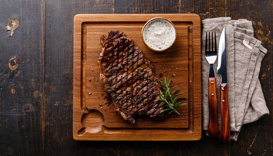 Bistec sobre una tabla de cortar