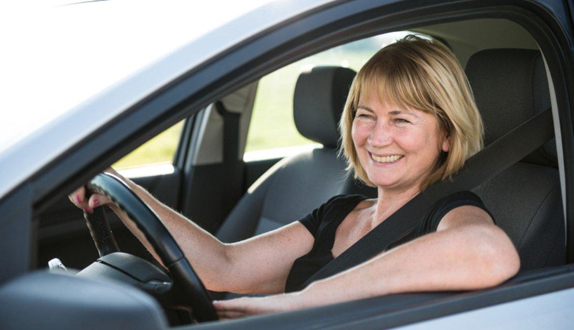 Mujer conduciendo un auto