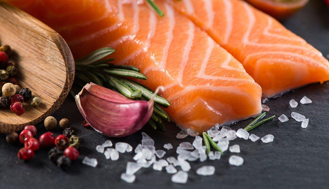 Rebanadas de salmón y otros condimentos
