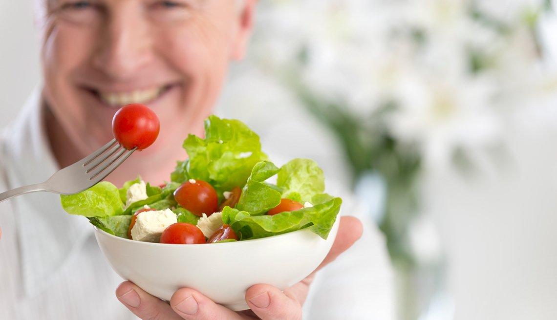 Hombre disfruta ensalada