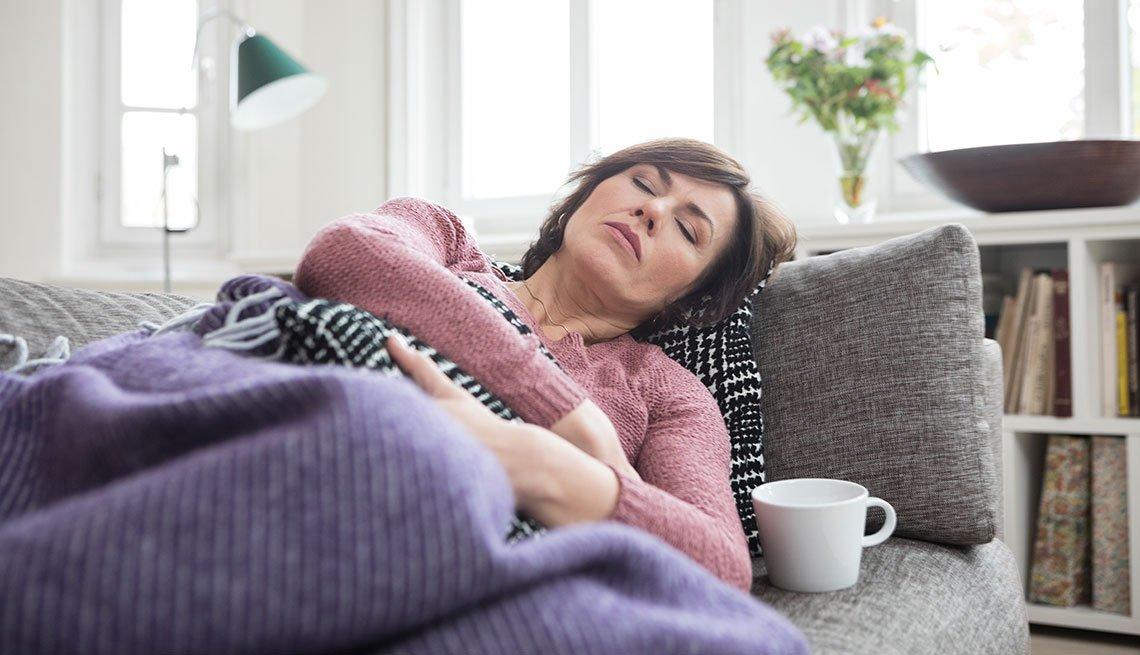 Mujer tomando una siesta en el sofá