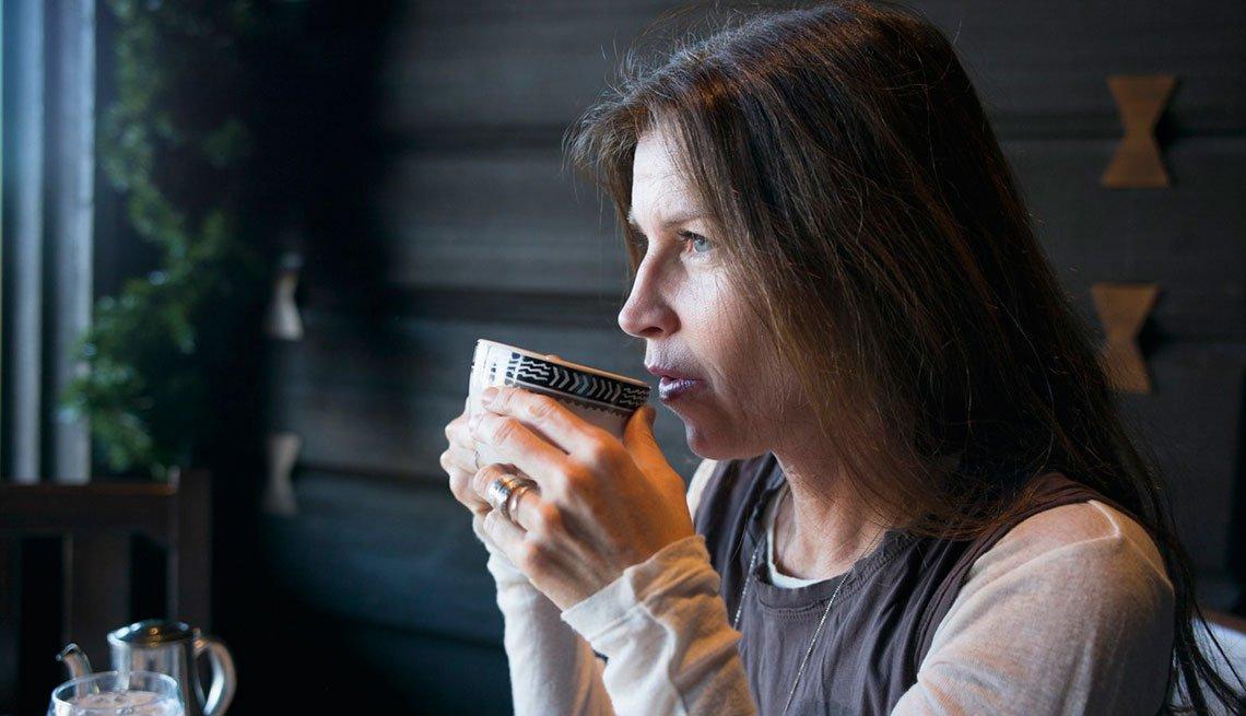 Mujer tomando té y meditando