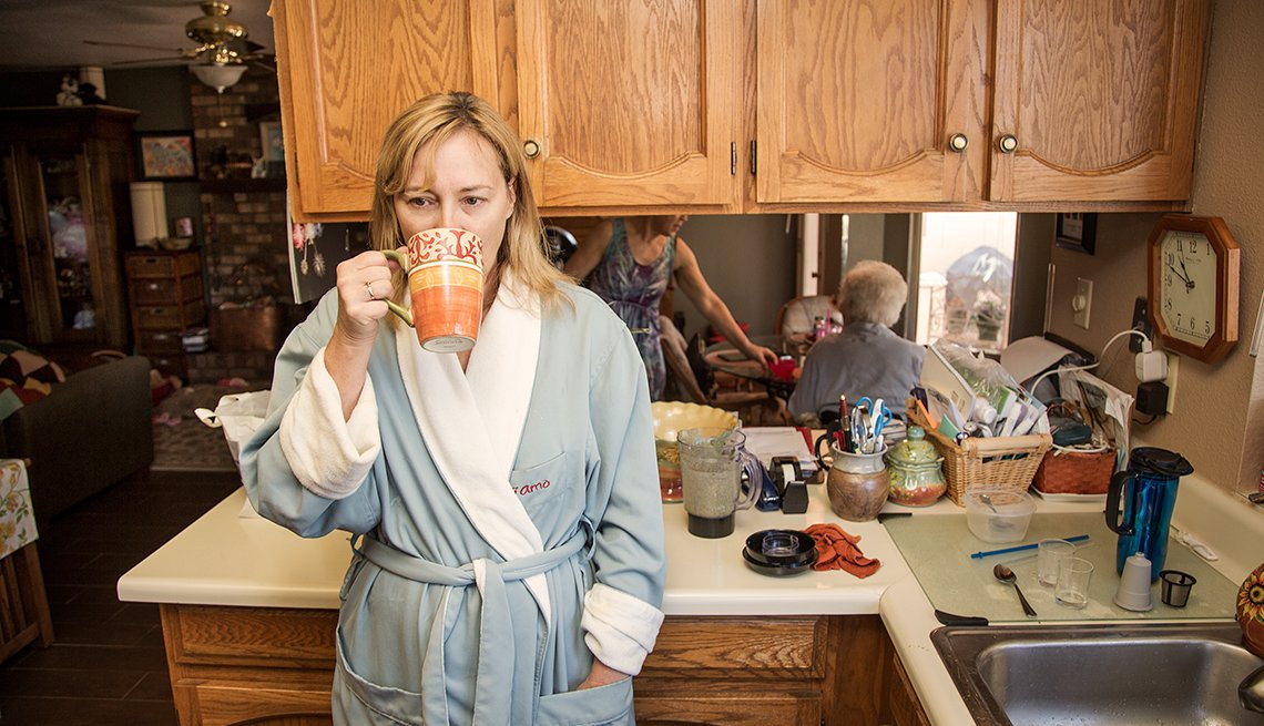 Amy Goyer tomando un café temprano en la mañana, Cómo balancear el trabajo y el cuidado de un ser querido