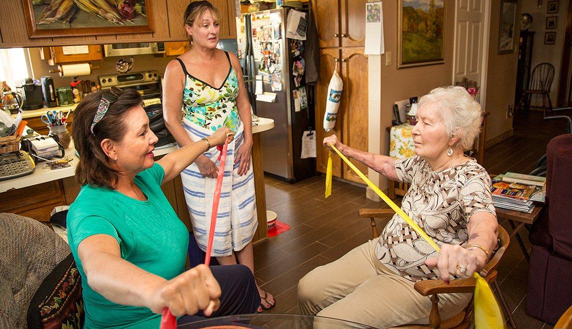 Amy Goyer y su madre durante una terapia física,  Cómo balancear el trabajo y el cuidado de un ser querido