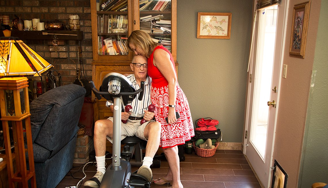 Amy Goyer con su padre,  Cómo balancear el trabajo y el cuidado de un ser querido