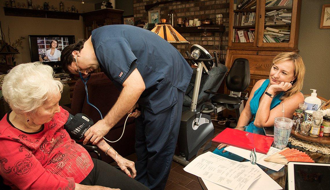 Amy acompaña a su mamá mientras el doctor domiciliario le toma la presión