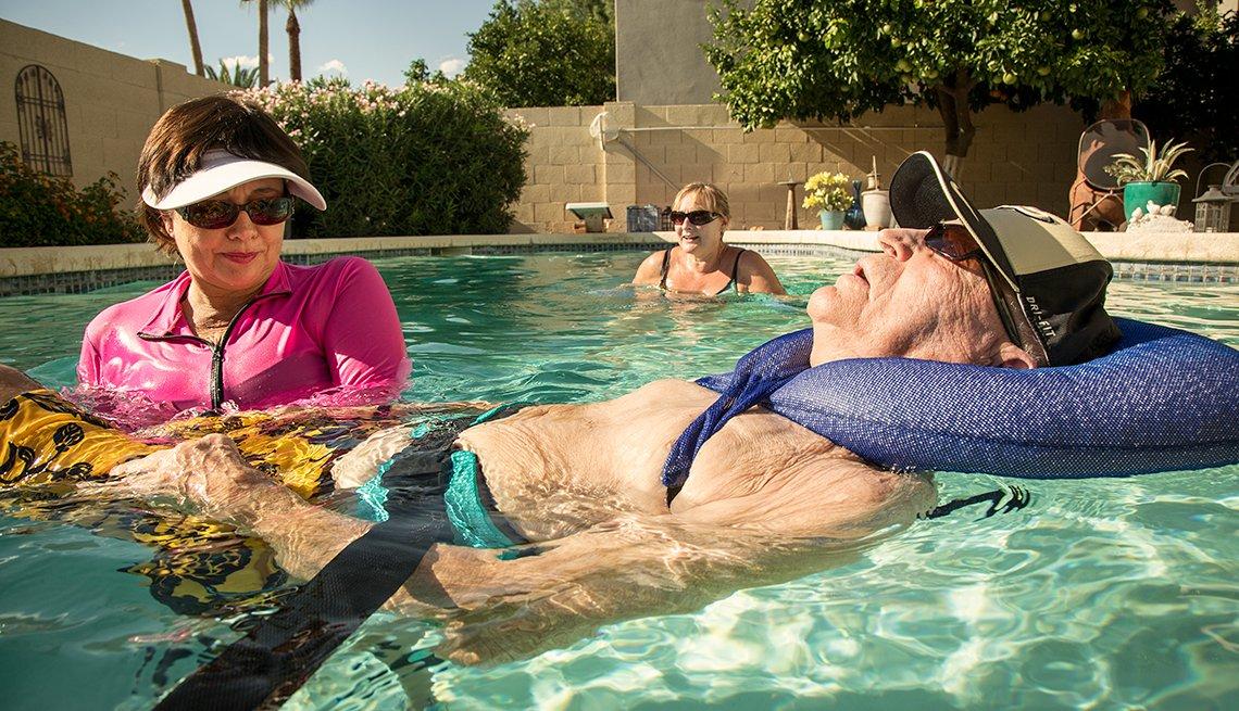 Amy Goyer y su padre durante una terapia física,  Cómo balancear el trabajo y el cuidado de un ser querido