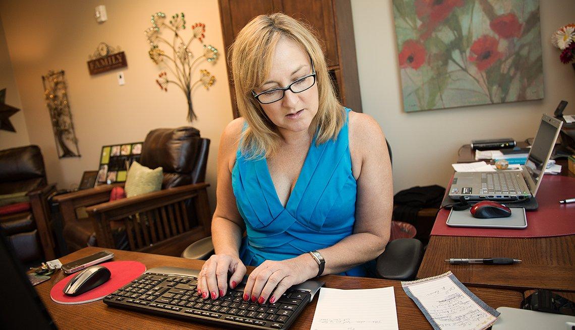 Amy Goyer en su oficina,  Cómo balancear el trabajo y el cuidado de un ser querido