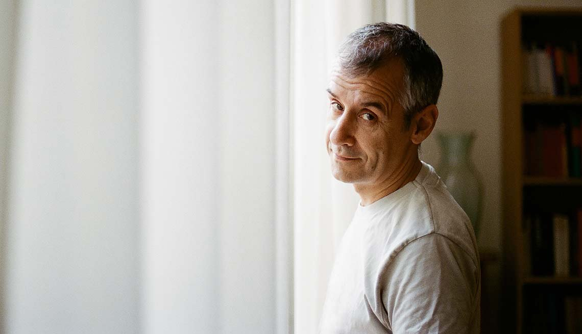 Hombre parado frente a la ventana - Cuando abandonas tus sueños para cuidar de otros