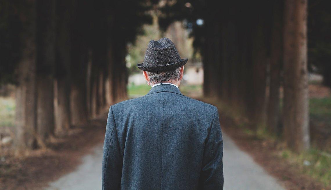 Qué hacer cuando un ser querido se aleja y deambula - Hombre caminando solo