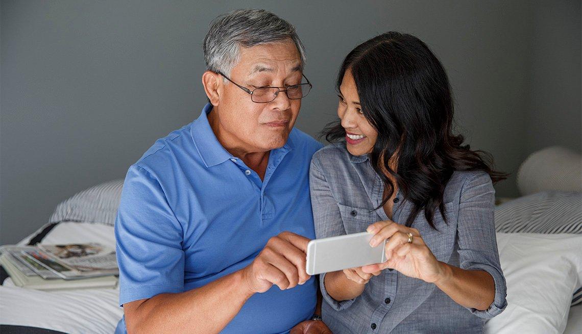 Cuidar de un ser querido hace sentir orgullosos de su rol a los cuidadores