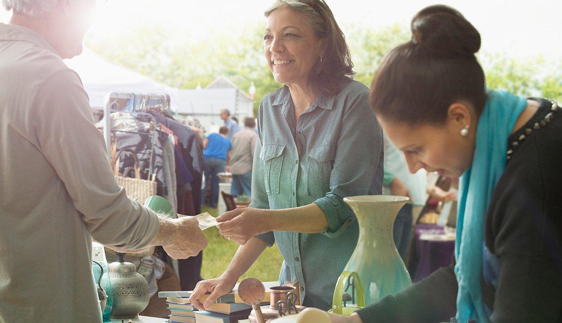 Mujer adulta vende algunos productos a una cliente