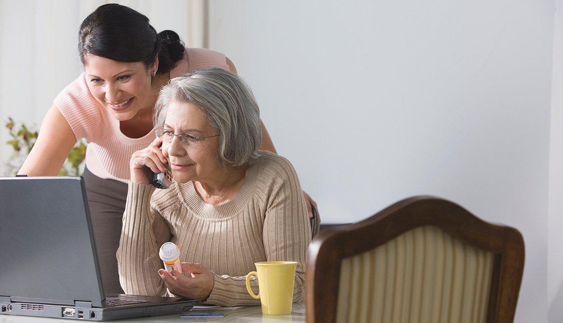 Dos mujeres observan la pantalla de un computador