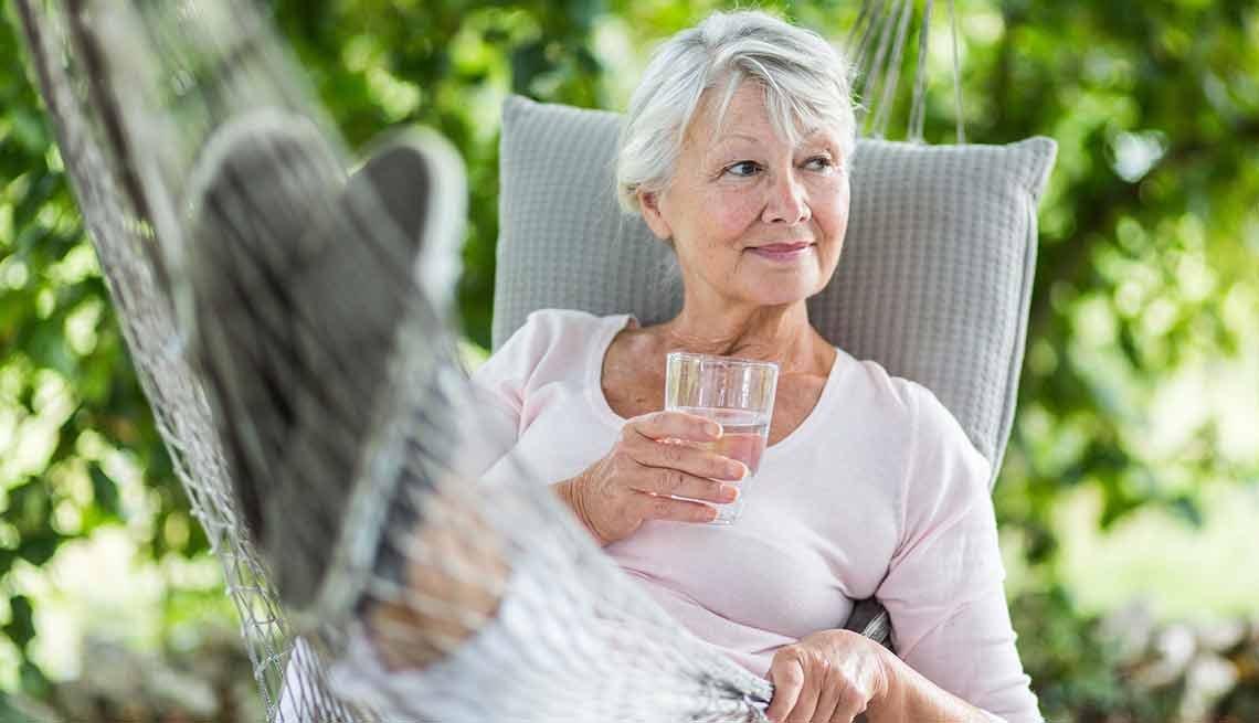 Mujer en una hamaca - Guía para sobrevivir al verano