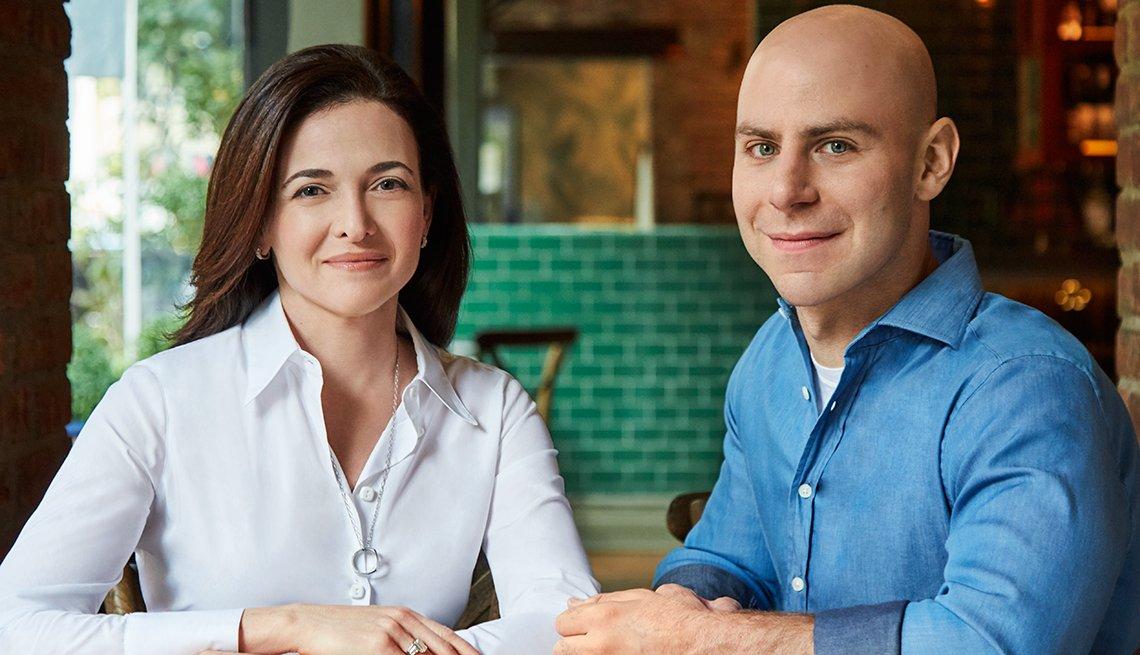 Sheryl Sandberg y Adam Grant