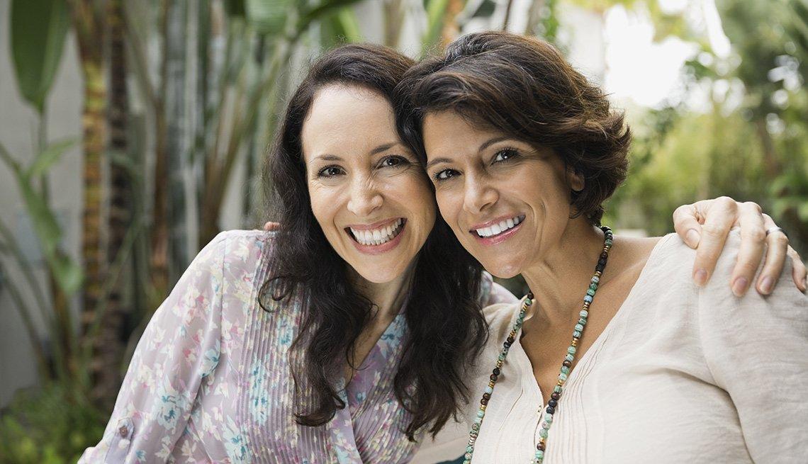 Cada mujer debe afrontar el paso de los años a su manera - Dos mujeres mayores sonríen