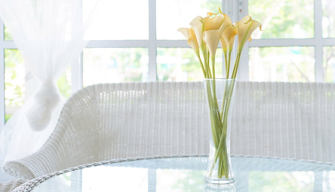 Flores sobre una mesa de vidrio - Tendencias simples para decorar en primavera