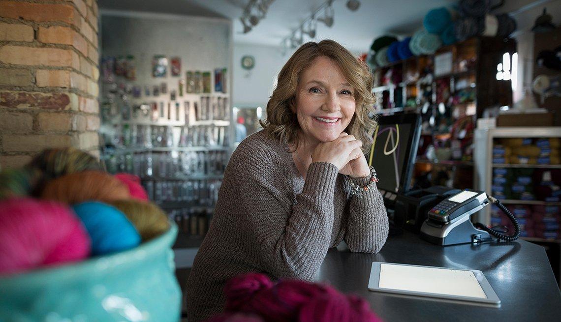 Cómo proteger tu pequeño negocio de los ciberataques - Mujer sentada en su oficina