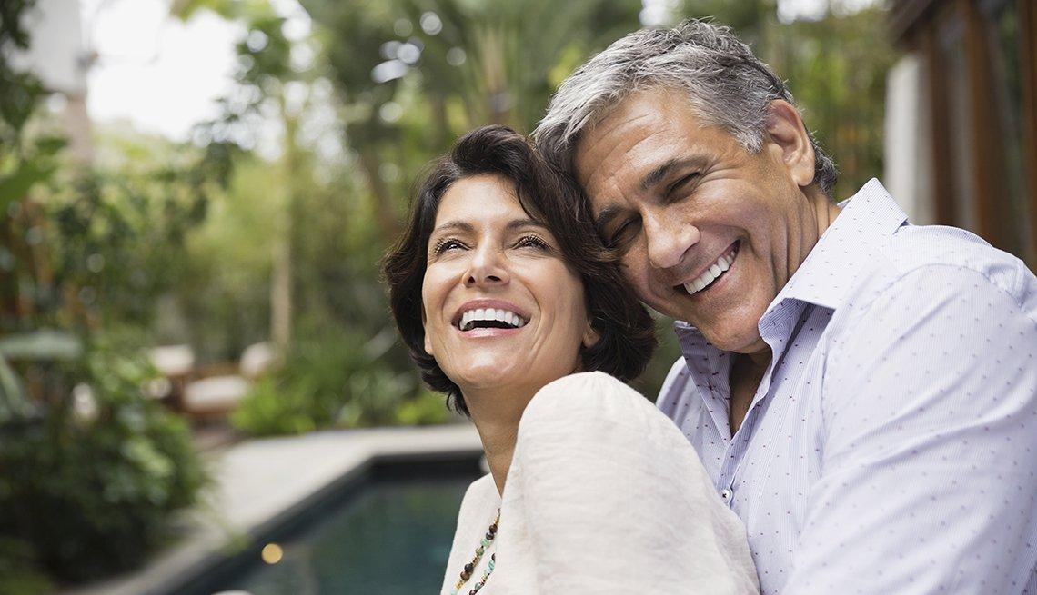 Sitios de citas donde podrías encontrar tu pareja ideal - Pareja sonriendo