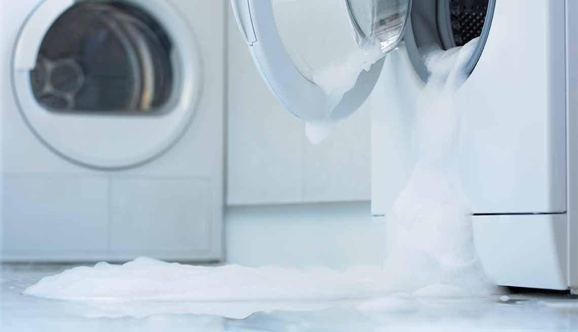Errores que cometemos al limpiar y cómo evitarlos - Espuma saliendo de una lavadora de ropa