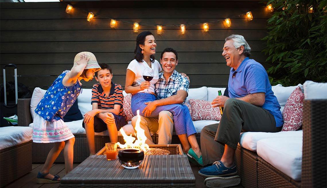 Objetos de moda para decorar espacios exteriores - Grupo de personas reunido en el patio de una casa