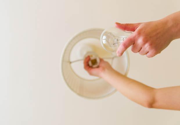 Hombre cambiando un bombillo de la casa - 10 ideas para arreglar su casa