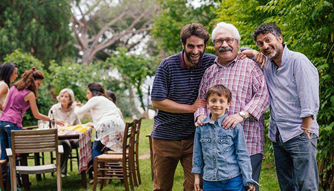 Adulto mayor posa acompañado de su familia - 8 ámbitos de una comunidad habitable