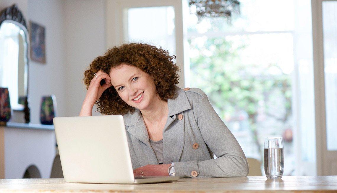 Mujer viendo el computador - Gana dinero desde casa.