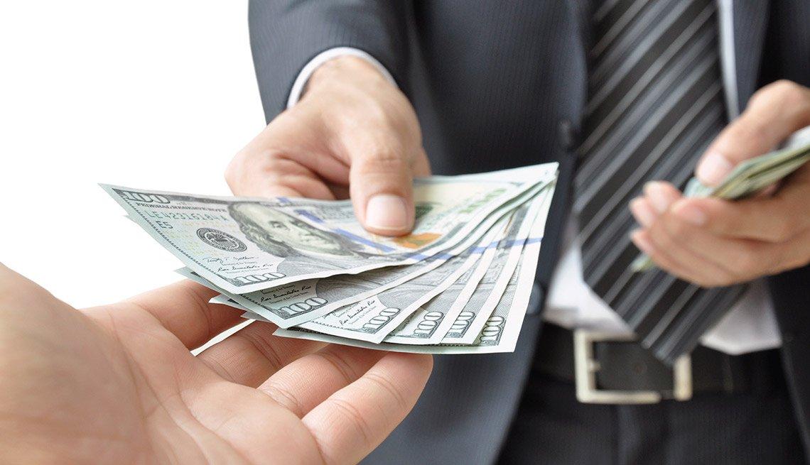 Hombre entregando dólares a otro - Subasta del Tesoro