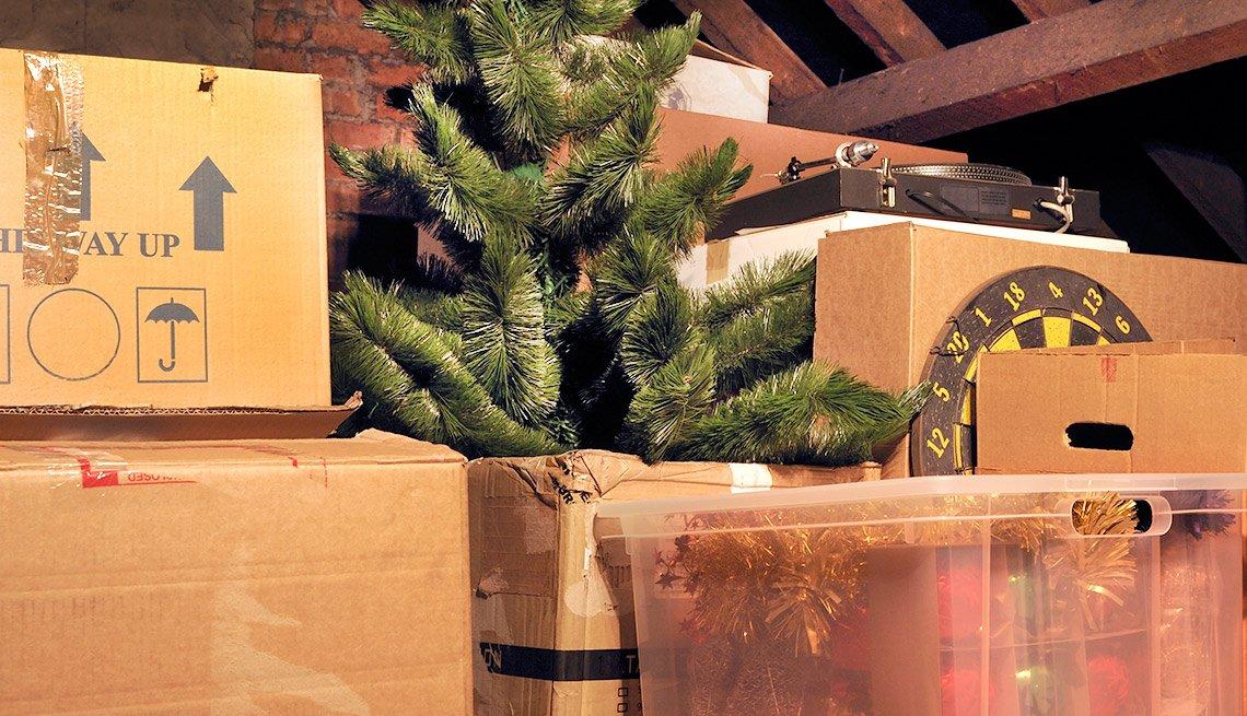 Atico con cajas y adornos de navidad - Formas de reducir tu espacio