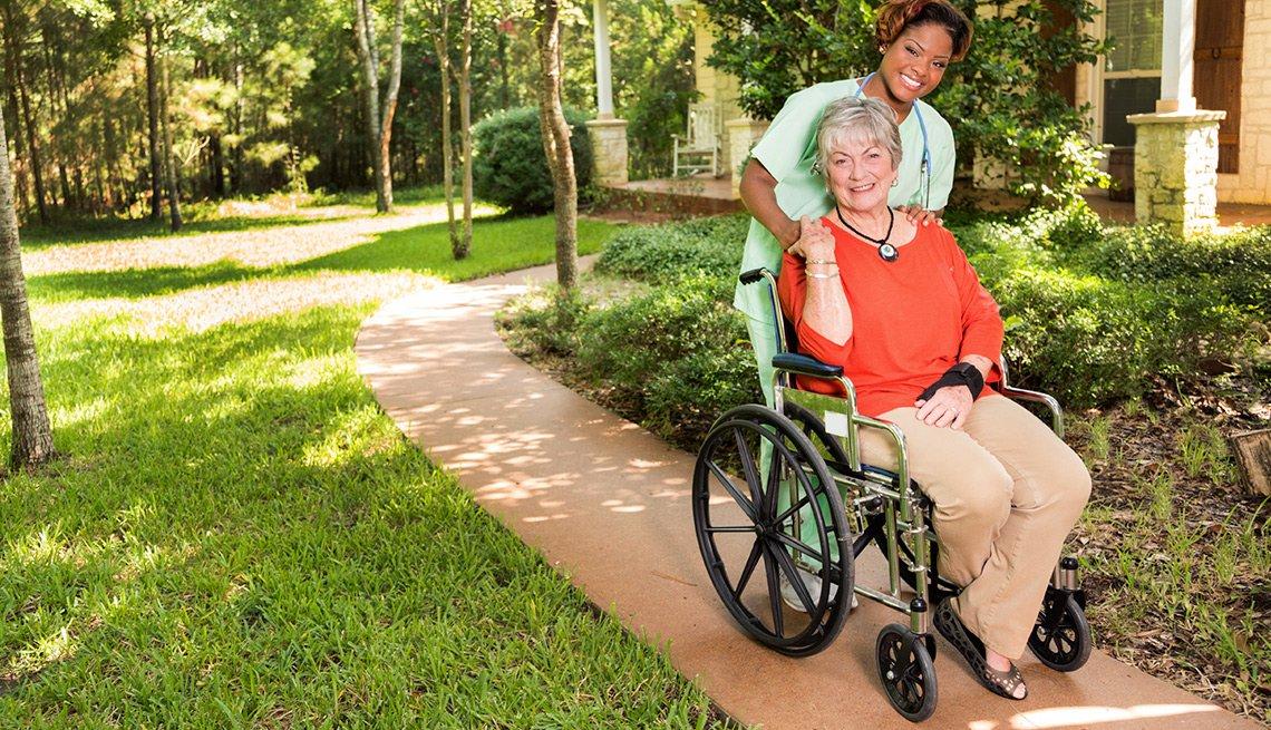 Mujer en silla de ruedas con una prestadora de cuidados - Cosas que deberías rentar y no comprar