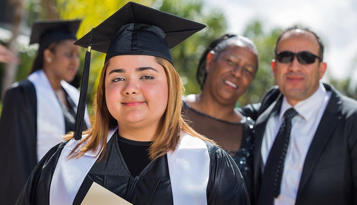 Jóvenes con toga y birrete el día de su graduación - Becas universitarias inusuales