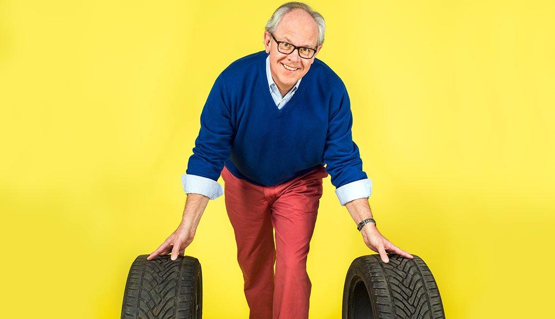 Retrato del experto en autos Jack Gillis en el segmento 99 formas de ahorrar