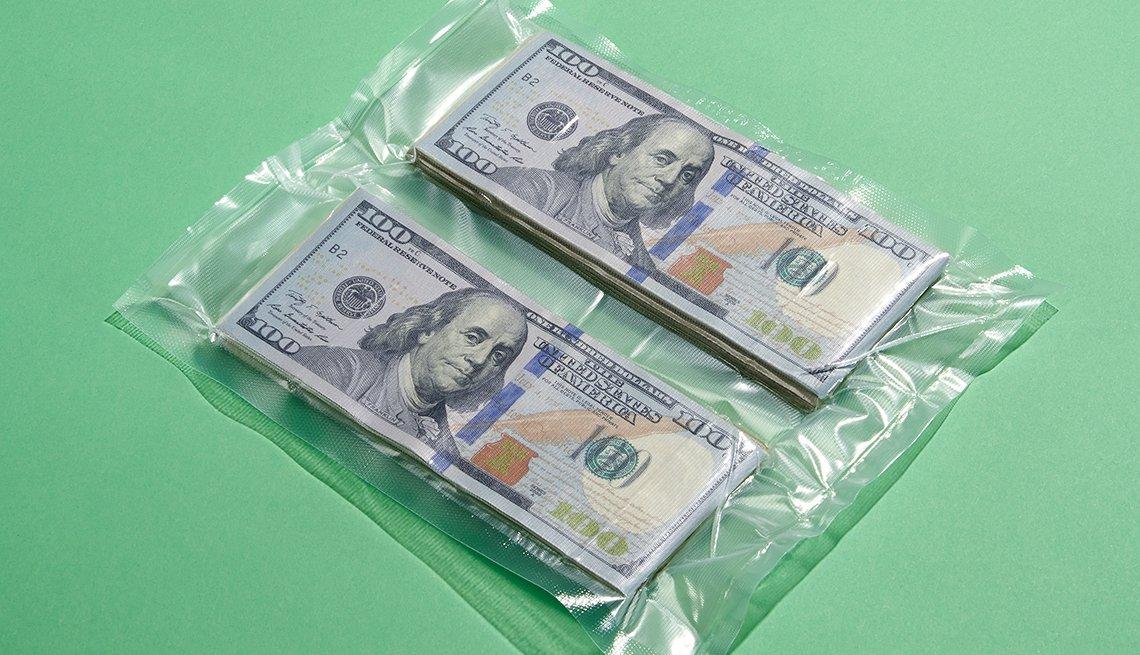 Billetes de $100 dólares en una bolsa de plástico - Mejores maneras de gastar $200