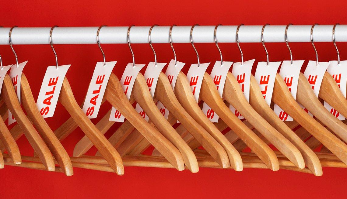 Ganchos para colgar ropa con un letrero de descuento - Errores en las compras navideñas con tarjetas de crédito
