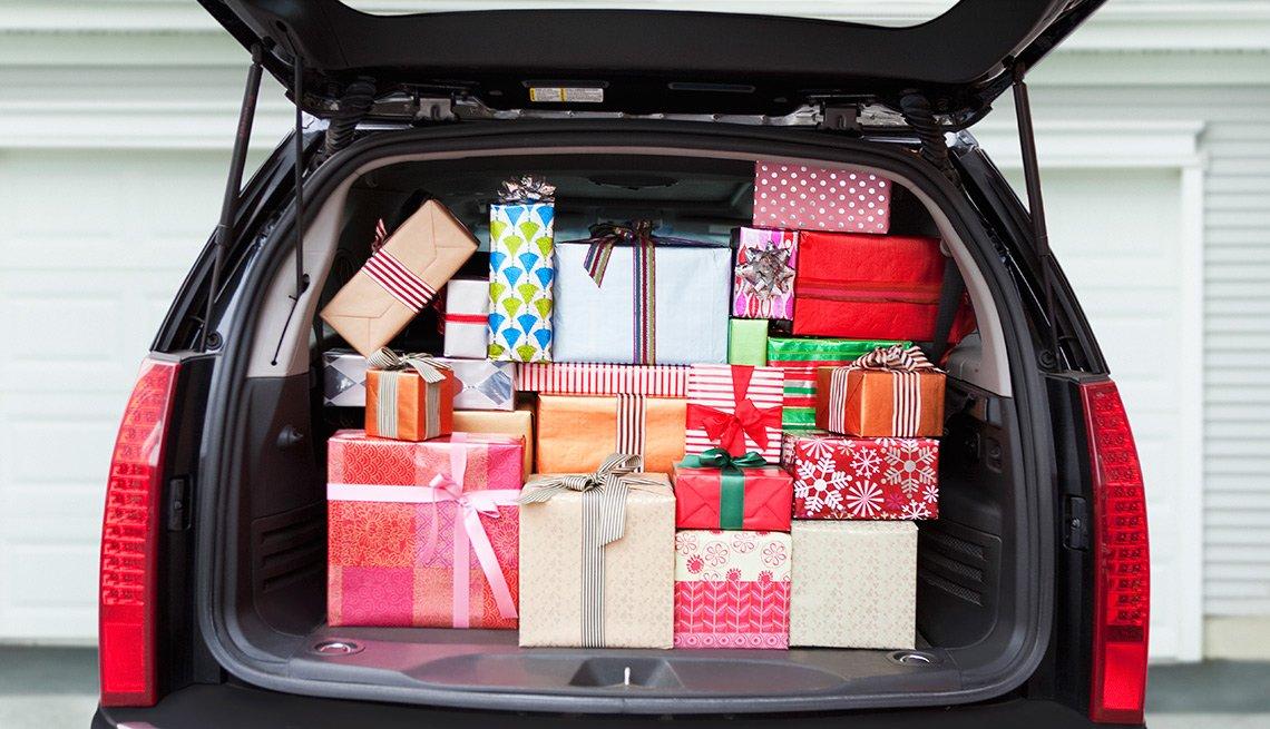 Camioneta llena de regalos con la puerta trasera abierta - Errores en las compras navideñas con tarjetas de crédito