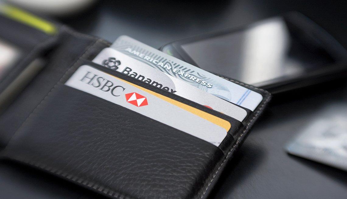 Billetera de hombre con varias tarjetas de crédito y cómo aprender a manejarlas.
