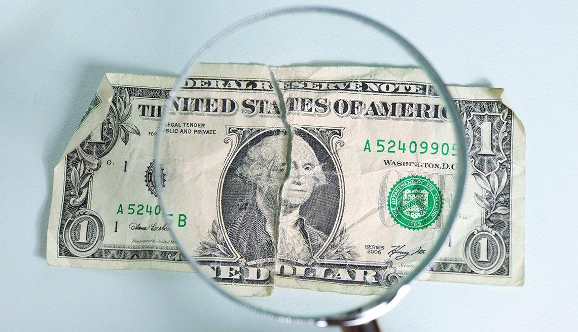 Billete de dólar con una luga encima - Errores comunes con las tarjetas de crédito