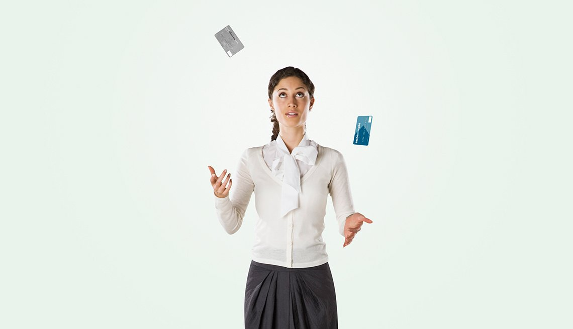 Mujer jugando con tarjetas de crédito - Errores frecuentes al comprar un negocio
