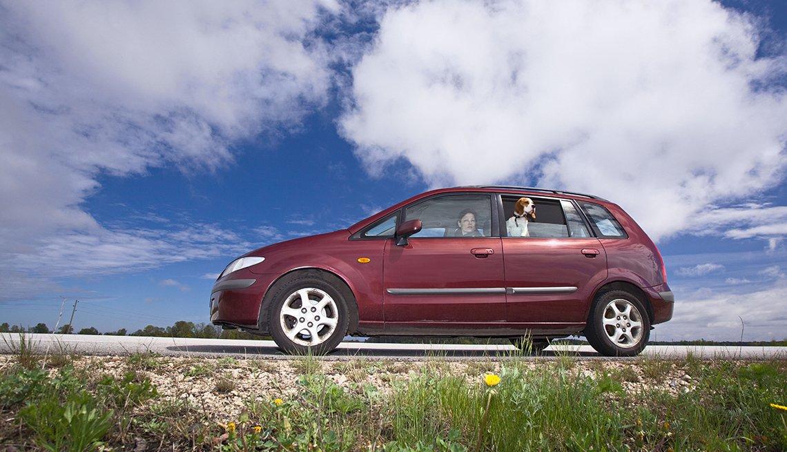 Carro mini, rojo, con una mujer en la parte trasera, cómo aprender a manejar tu crédito