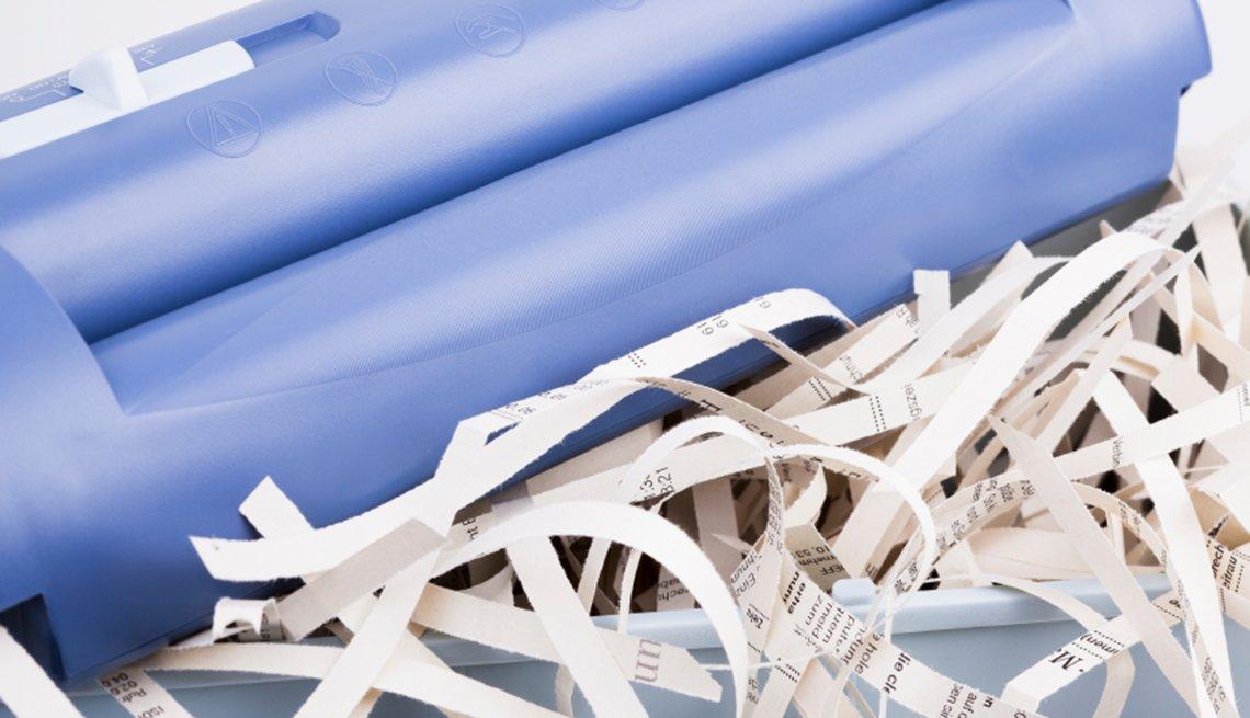 Formas de protegerte contra el robo de identidad - imagen de una trituradora de papel